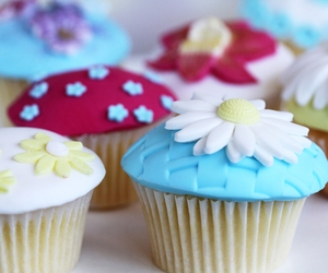 color, cupcakes, and flowers image