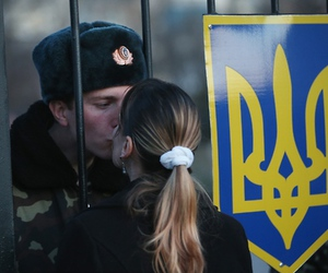 kiss and soldier image