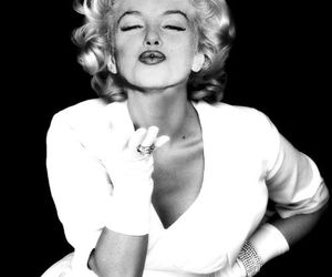 Marilyn Monroe, kiss, and black and white image