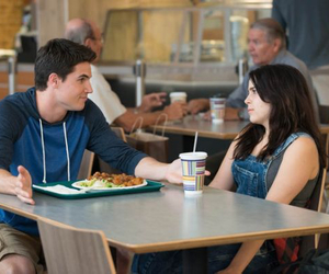 robbie amell, mae whitman, and the duff image