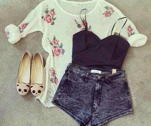 short, top, and zapatos image