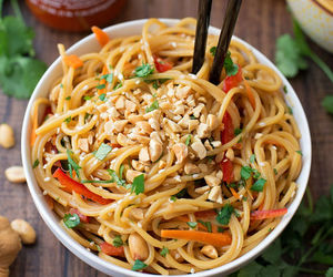 thai food and fried noodles image