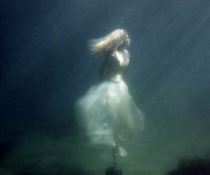 underwater, water, and woman image