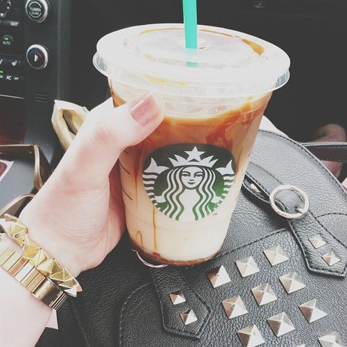 наличие, фото кофе старбакс в женских руках в машине привычных цифр стрелки