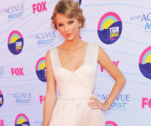 red, Taylor Swift, and swiftie image