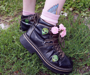 grunge, alien, and flowers image