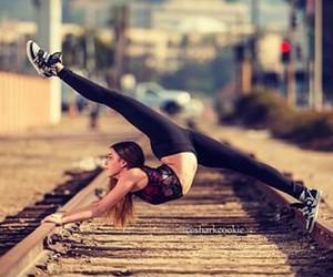 garota, trem, and trilho image