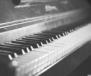 piano and black and white image