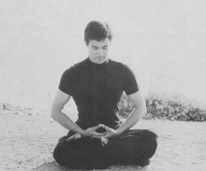 bruce lee, meditar, and meditacion image