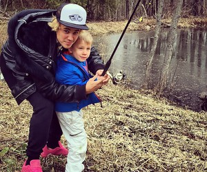 justin bieber, jaxon bieber, and family image
