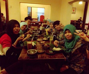 dinner, friend, and nur mutmainnah image