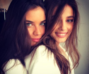 model, sara sampaio, and taylor hill image