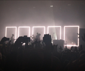 concert, grunge, and the 1975 image