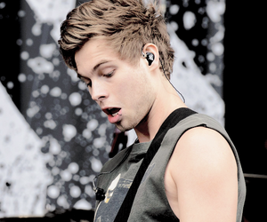 tour, 5 seconds of summer, and michael clifford image