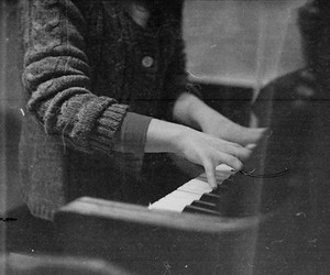 hands and piano image