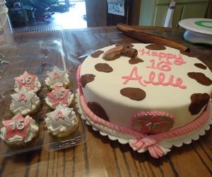cupcake, fondant, and cupcakes image