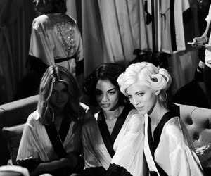 fashion show, Victoria's Secret, and shanina shaik image