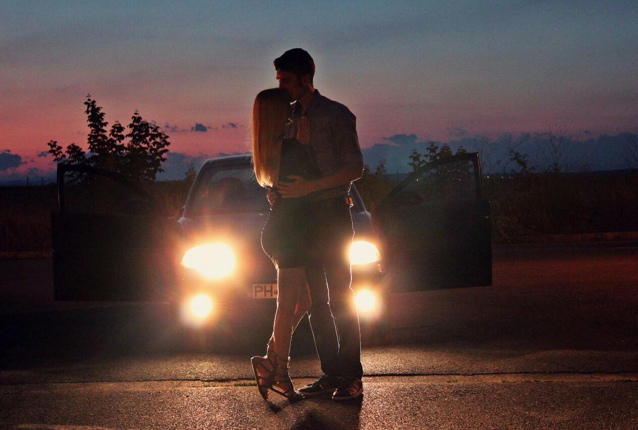 фото человека на фоне машины ночью большое