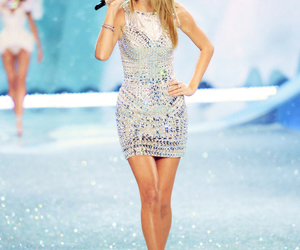 Taylor Swift and model image