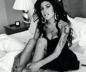 Amy Winehouse, bed, and black and white image