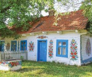 casinha de portas azuis image