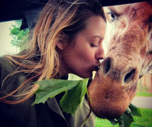 blake lively and giraffe image