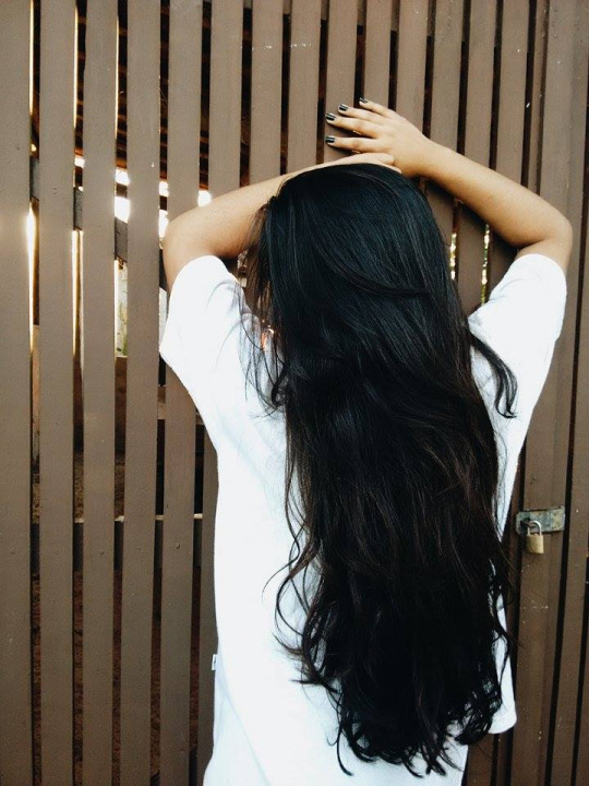фото девушки с тёмными длинными волосами