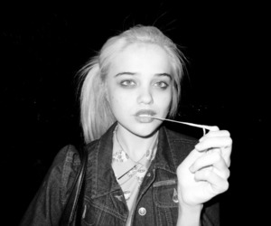 sky ferreira, black and white, and sky image