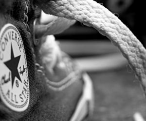 black and white, blanco y negro, and chuck taylor image