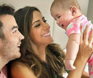 kevin jonas, danielle jonas, and family image