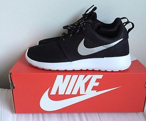 nike, black and white, and roshe run image