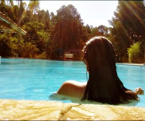 girl, summer, and piscina image