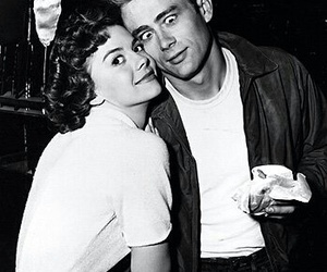 james dean, natalie wood, and black and white image