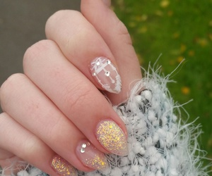 nails, glitzer, and feder image