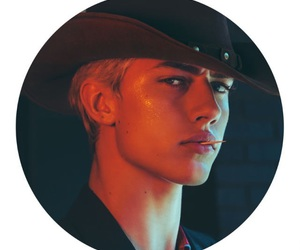 lucky blue smith and male model image