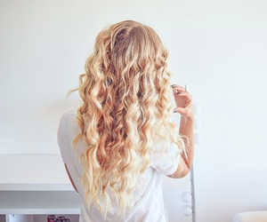 hair, beach waves, and janni deler image