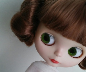 blythe, leia, and doll image