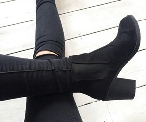 black+jeans and black+shoes image