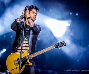 billie joe armstrong, green day, and guitar image