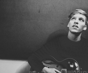 singer, george ezra, and music image