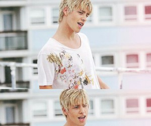 skins, maxxie, and mitch hewer image