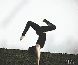 gymnastic, handstand, and acrobacia image