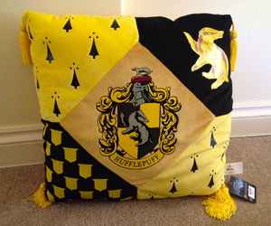 harry potter, hufflepuff, and cojin image