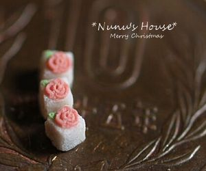 miniature, rose, and sugar cube image