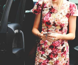 flowers and Taylor Swift image