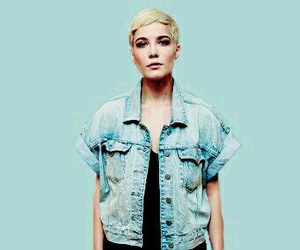 singer and halsey image