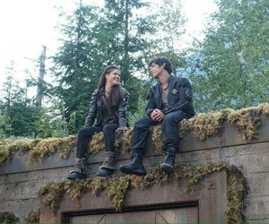 marie avgeropoulos, bob morley, and the 100 image