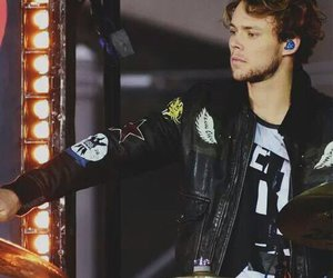 5 seconds of summer, 5sos, and ashton image