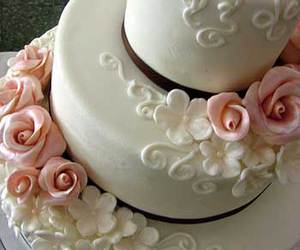 daisies, pink roses, and wedding cake image