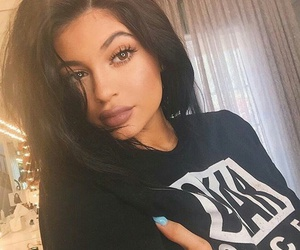 black t-shirt, flawless makeup, and kylie jenner image